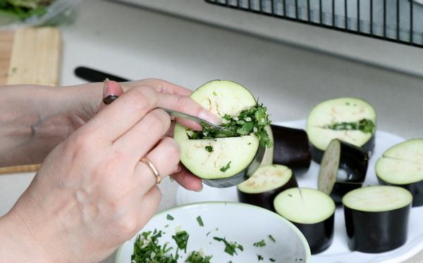 Начинка сырых баклажанов смесью чеснока и рубленой свежей зелени