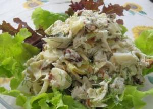Салат из куриных сердечек с рисом, грибами и зеленым горошком
