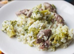 Салат из куриных сердечек с рисом и брокколи