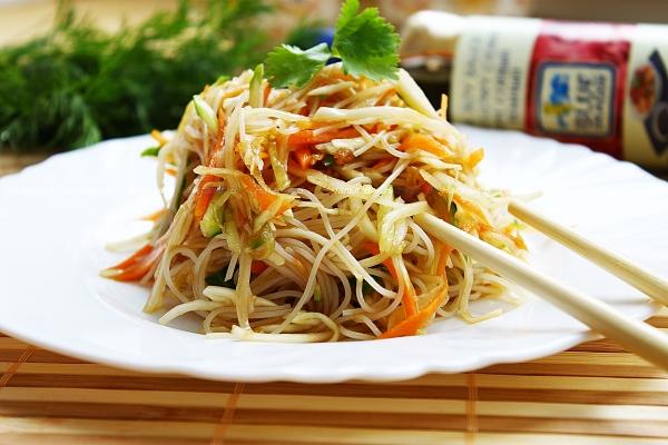 закуска с рисовой лапшой и корейской морковкой