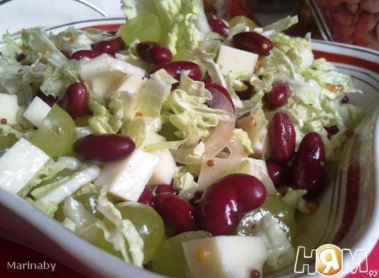 Салат из фасоли, сыра и винограда