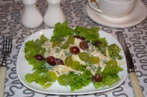 Салат с виноградом, сыром и чесноком - фото шаг 6