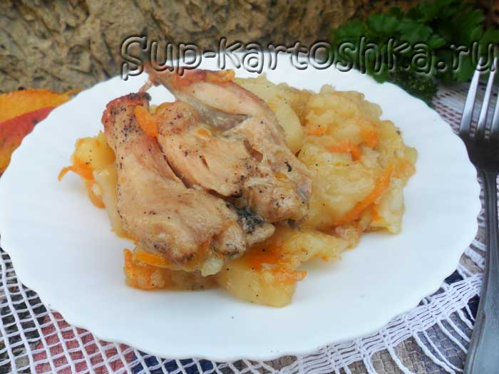 аппетитная тушеная картошка с мясом курицы на обеденном столе