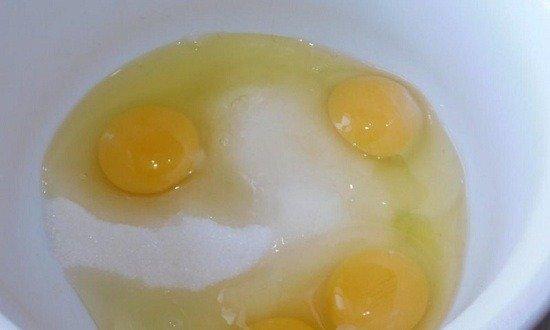 в чаше соединить яйца и сахар