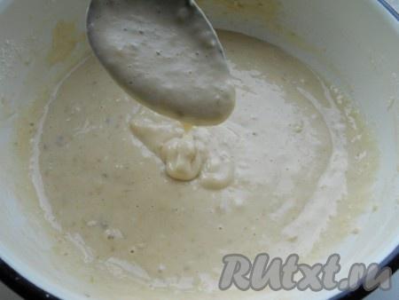 Замесить тесто для оладьев с бананом на кефире, которое должно получиться, как густая сметана.