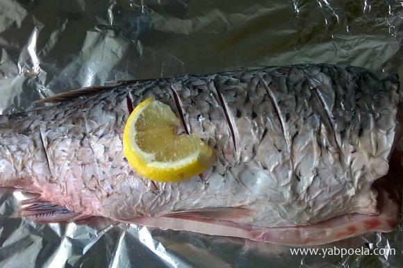 Натереть тушку лимоном с обеих сторон и внутри.