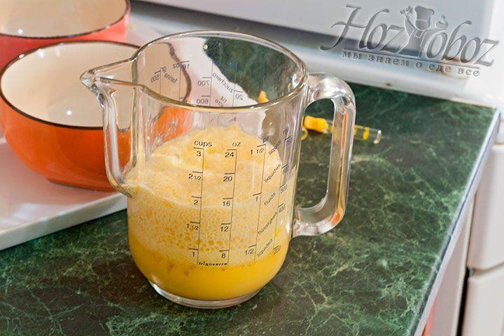 Яичная смесь должна постоять, пока не появится густая пена