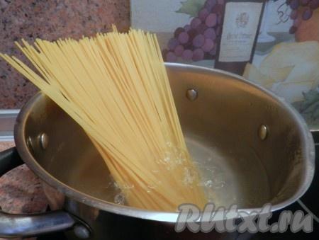 Спагетти отварить в подсоленной воде по инструкции на упаковке.