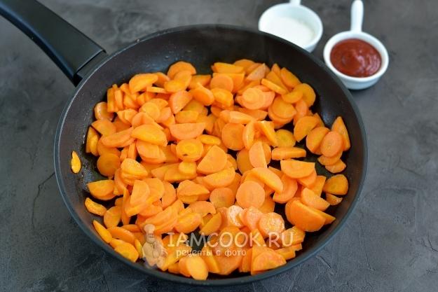 Обжарить морковь