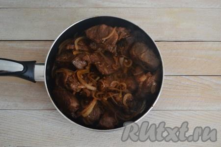 Подать вкуснейшую, сочную, нежную, ароматную баранину с луком, приготовленную на сковороде, на стол в горячем виде.