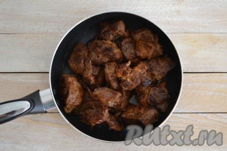 Если за это время мясо не станет мягким и нежным на вкус, то добавьте немного горячей воды и потушите еще под закрытой крышкой до готовности. Мне этого не понадобилось, так как я готовила молодого барашка.