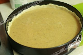 Наливаем начинку на тесто и ставим в разогретую до 180 градусов духовку на 45 минут