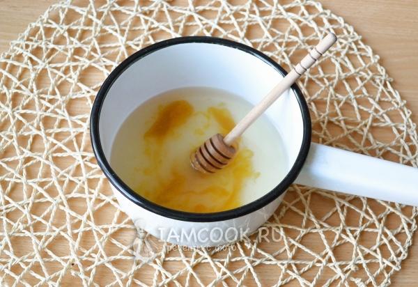Положить в воду мед