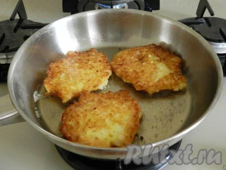 В сковороде разогреть растительное масло. Обжаривать оладьи из репчатого лука по 1-2 минуты с обеих сторон до приятного золотистого цвета.