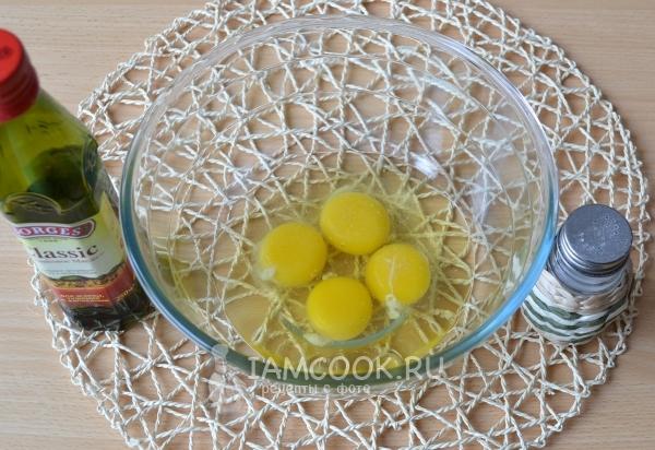 Вбить в миску яйца
