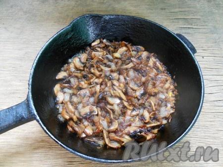 Помешивая, обжаривайте их до готовности лука и шампиньонов (около 7-10 минут). Все это время грибы готовим, не накрывая сковороду крышкой, на среднем огне.
