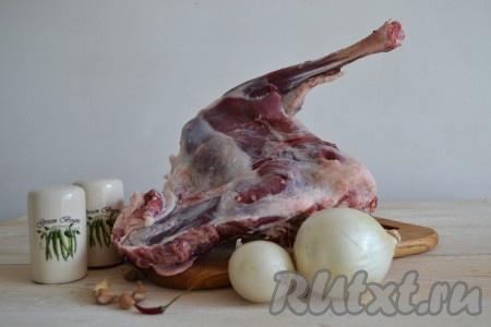 Подготовить необходимые ингредиенты для приготовления баранины с луком на сковороде