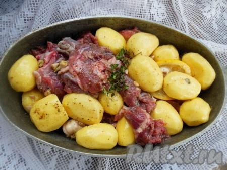 Выложите баранину с картофелем в глубокую утятницу или жаропрочную форму (можно смазать маслом), накройте крышкой.