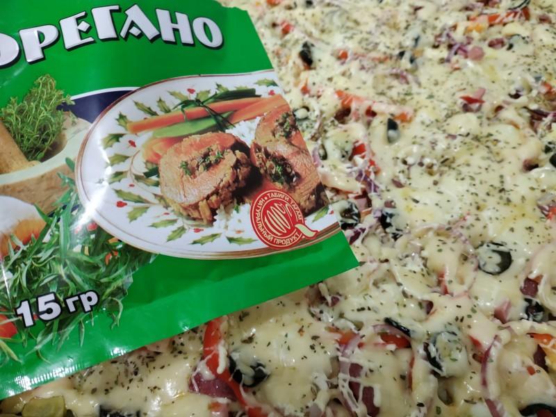 Посыпаем приправой Орегано за 5 минут до готовности пиццы