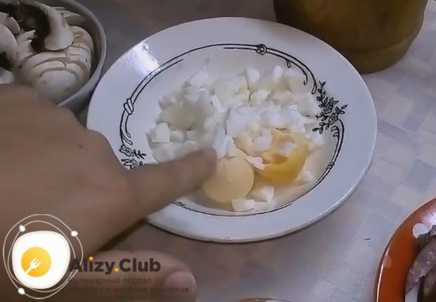 В начинке будем использовать также вареное яйцо.