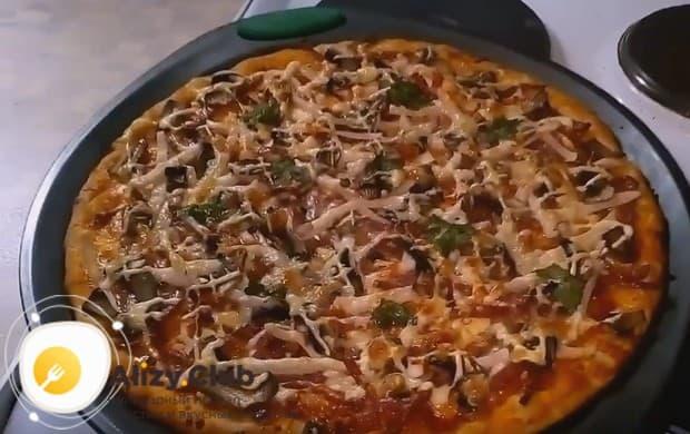 Ароматная пицца с шампиньонами, колбасой и сыром готова!