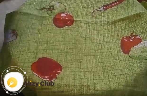 накрываем миску с тестом полотенцем и даем ему минут 15 подняться.