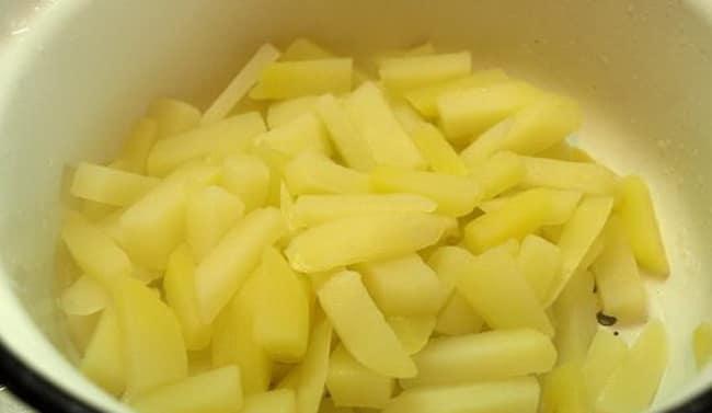 По рецепту. для приготовления супа со щавелем, нарежьте картофель.