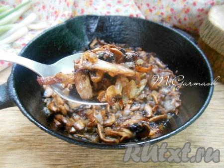 Готовые жареные шампиньоны с луком вкусны не только в теплом виде, но и в холодном. Они прекрасно подходят к отварному рису, печеному или отварному картофелю.