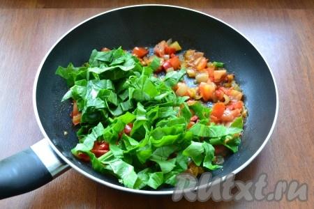 Добавить к овощам шпинат (если крупные листья - нарезать их).