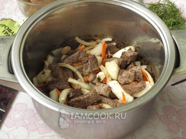 Положить овощи к мясу