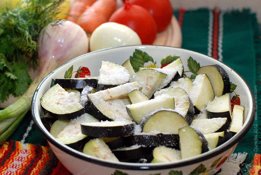 Как приготовить Аджапсандали. Шаг 3: Баклажаны нарезать и посыпать солью