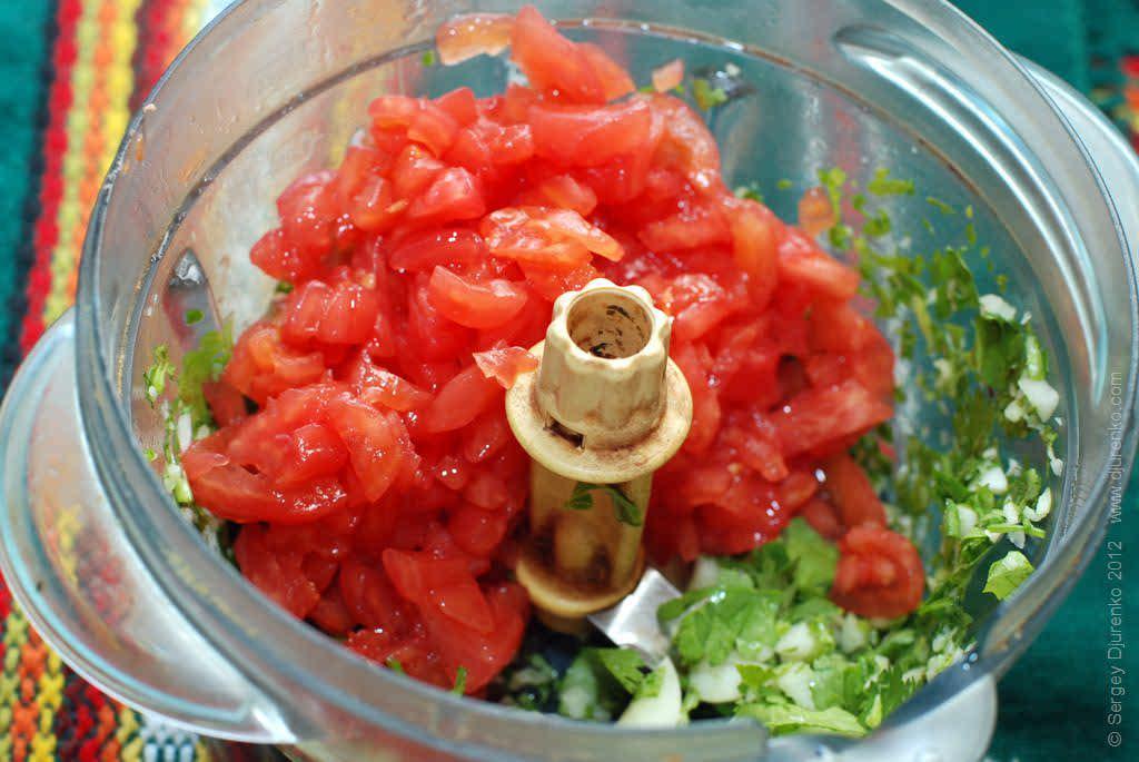 Как приготовить Аджапсандали. Шаг 17: Мешать мякоть помидоров с чесноком и кинзой