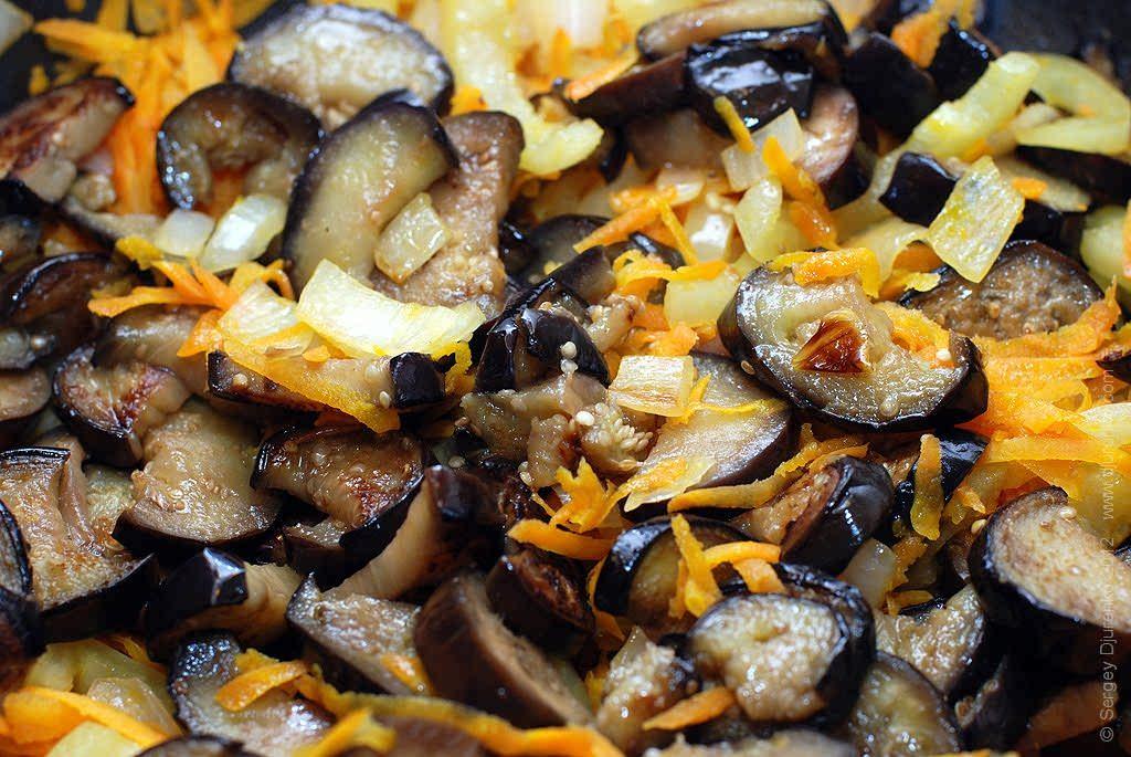 Как приготовить Аджапсандали. Шаг 19: К тушеным морковке, перцу и луку добавить жареные баклажаны