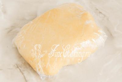 Собираем рубленое тесто в ком, заворачиваем в пищевую пленку (или кладем в пакет) и отправляем в холодильник на 30-60 минут