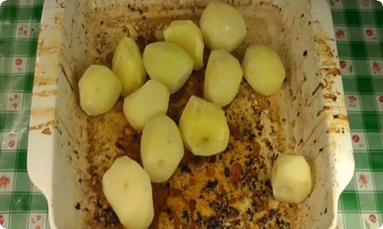 кладем картофель в противень