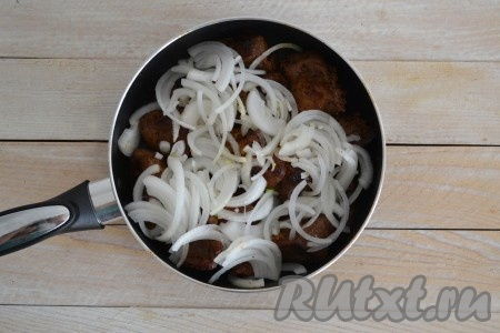 Выложить лук на сковороду поверх баранины и обжарить до состояния мягкости лука (это займет 1-2 минуты).