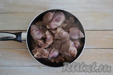 На хорошо разогретую сковороду выложить кусочки мяса жиром вниз. Если мясо постное (то есть без жира), то добавьте на сковороду смалец или немного растительного масла.