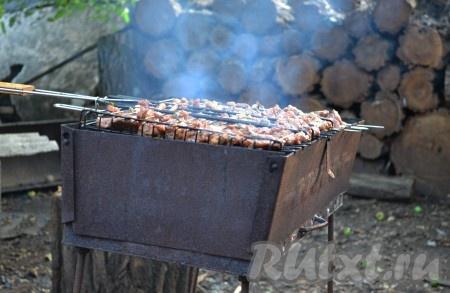 Подготовленное мясо выкладываем на решетку барбекю или нанизываем на шампуры и выкладываем на мангал с подготовленными углями.