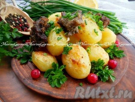 Баранина, запеченная с картошкой в духовке, получается нежной и очень вкусной, подаём с зеленью и свежими овощами.