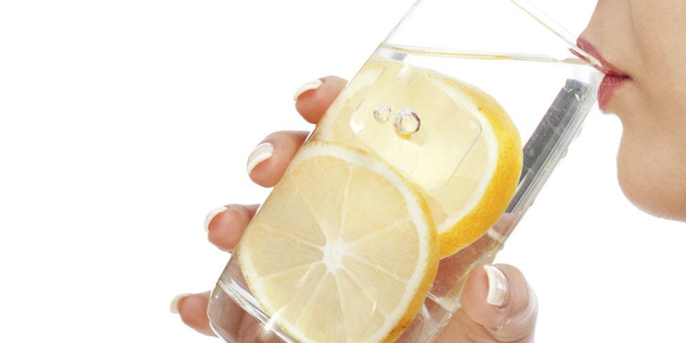 Пить по стакану воды с добавлением лимона перед едой