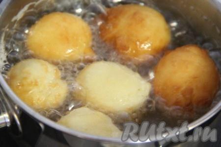 Обжарить творожные пончики со всех сторон до золотистого цвета.