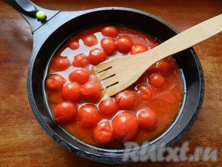В ароматное масло вылить помидоры в собственном соку из банки и потушить их 10 минут, постоянно помешивая.