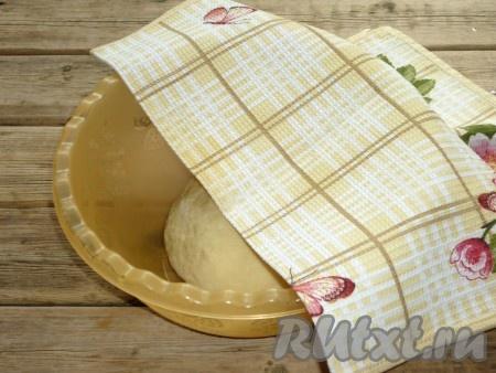 Накрыть миску с тестом полотенцем и оставить в тёплом, без сквозняков месте на 1 час.