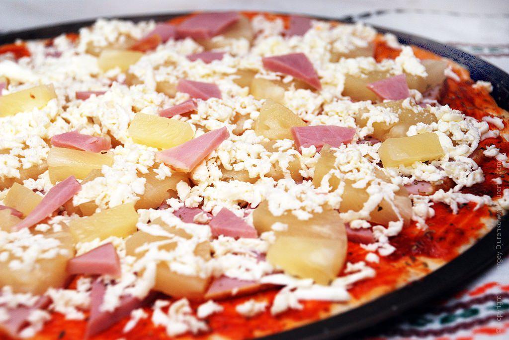 Как приготовить Гавайская пицца. Шаг 11: Натереть моцареллу на крупную терку