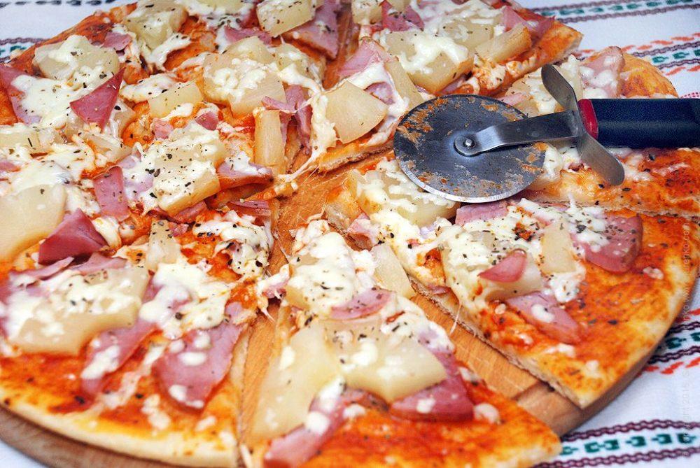 Как приготовить Гавайская пицца. Шаг 15: Разрезать пиццу