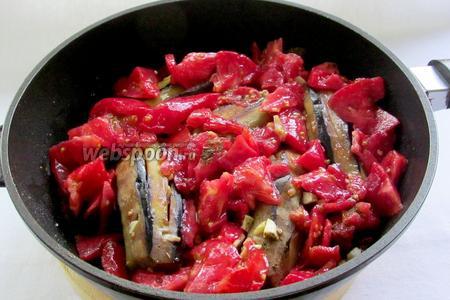 К обжаренным баклажанам добавить измельчённые помидоры, чеснок, который остался и специи. Снова хорошо посолить. Закрыть крышкой и тушить 15 минут.