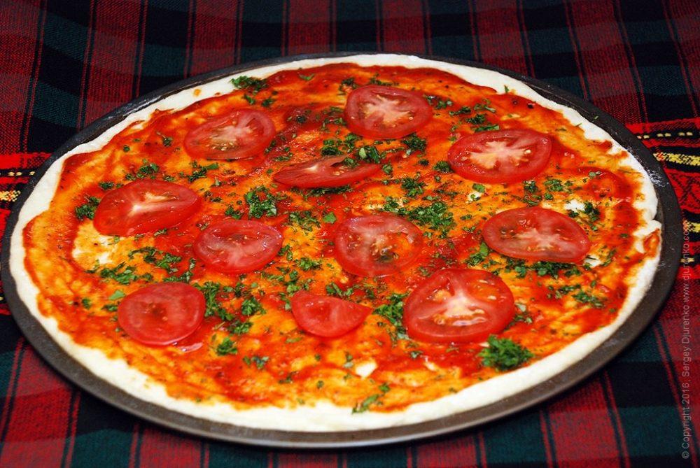 Как приготовить Пицца с шампиньонами. Шаг 9: Разложить ломтики помидора