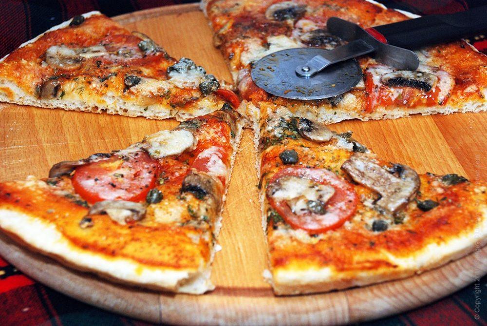 Как приготовить Пицца с шампиньонами. Шаг 19: Разрезать пиццу