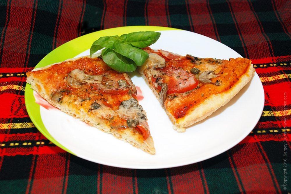 Разложить пиццу на тарелки