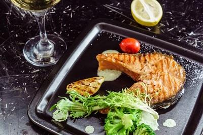стейк семги с гарниром из овощей и вином